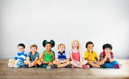 Begrepp för grupp för lycka för ungebarnmångfald gladlynt royaltyfri foto