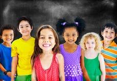 Begrepp för grupp för lycka för ungebarnmångfald gladlynt arkivfoton