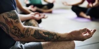 Begrepp för grupp för yogaövningsövning arkivfoton