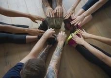 Begrepp för grupp för yogaövningsövning royaltyfri fotografi