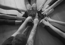 Begrepp för grupp för yogaövningsövning royaltyfri bild
