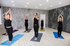 Begrepp för grupp för yogaövningsövning fotografering för bildbyråer