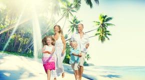 Begrepp för gyckel för paradis för familjlyckastrand tropiskt arkivfoto