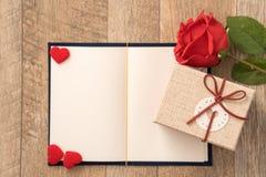 Begrepp för hälsningkort av att ge gåva och valentin, årsdag, moders dag och födelsedagöverraskning royaltyfria bilder