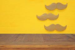 Begrepp för händelse för Movember cancermedvetenhet Töm tabellen över pappers- mustaschbakgrund Royaltyfria Bilder