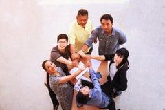 Begrepp för händer för möte för teamwork för affärsfolk sammanfogande i regeringsställning, genom att använda idéer, diagram, dat royaltyfri bild