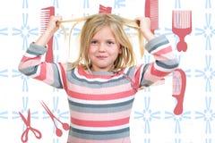 Begrepp för håromsorg med ståenden av flickan som rymmer hennes ostyriga tilltrasslade långa hår Arkivbild