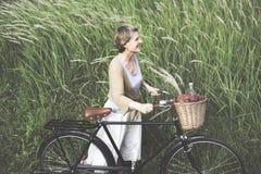 Begrepp för hög friskhet för cykel för kvinna fridsamt bekymmerslös fotografering för bildbyråer
