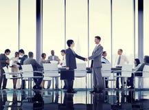 Begrepp för handskakning för möte för konferens för affärsfolk globalt Royaltyfria Bilder
