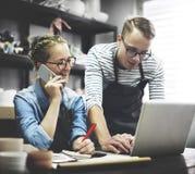 Begrepp för hantverkareBrowsing Laptop Connection teknologi Arkivbild