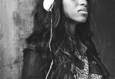 Begrepp för Headphone för ljudsignal musik för afrikansk nedstigning lyssnande royaltyfri fotografi