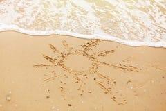Begrepp för Hello sommarsemester Sol som är skriftlig på vågor för sandig strand och havs Koppla av på den tropiska ön Låt ` s gå royaltyfri fotografi