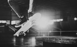 Begrepp för Hipster för livsstil för pojkeSkateboardinghopp royaltyfri fotografi