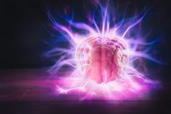 Begrepp för hjärnmakt med abstrakta ljusa strålar arkivfoto
