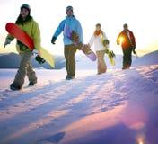 Begrepp för hobby för Snowboardingfolkrekreation utomhus royaltyfri bild