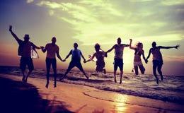 Begrepp för hoppskott för olika strandsommarvänner roligt royaltyfri foto