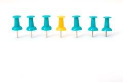 Begrepp för idé för ljust gult pushstift unikt arkivfoto