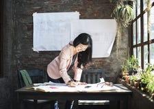 Begrepp för idéer för affärskvinnaCasual Creative Home kontor Arkivbild