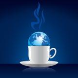Begrepp för internetkafé - jordklot på kaffekoppen Royaltyfria Bilder