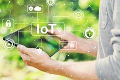 Begrepp för IoT säkerhetstema med mannen som rymmer hans minnestavla royaltyfria foton