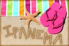 Begrepp för Ipanema strandsemester - sand och handduk Arkivbild