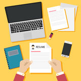 Begrepp för jobbintervju med affärsmeritförteckningen på gul bakgrund Royaltyfria Bilder