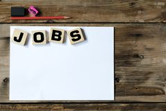Begrepp för jobbsökande, blyertspennor, radergummin, de blyertspennor och noteboo arkivbild