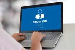 Begrepp för jobbsökande på en bärbar dator arkivfoton