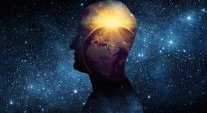 Begrepp för jorddag 22April Planetjord inom en mänsklig silhouett Arkivbild