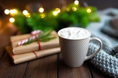 Begrepp för jul eller för nytt år eller vinter Råna varm choklad för kopp kaffekakao med marshmallowen, gåvor på mörker arkivbild