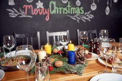 Begrepp för julmatställe, tabell med mycket mat och vinglas royaltyfri fotografi