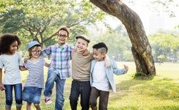 Begrepp för kamratskap för samhörighetskänsla för rolig skämtsam lycka för ungar Retro royaltyfri fotografi