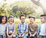 Begrepp för kamratskap för samhörighetskänsla för rolig skämtsam lycka för ungar Retro arkivbilder