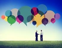 Begrepp för kommunikation för handskakning för meddelande för affärsfolk talande Arkivbilder
