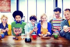 Begrepp för kommunikation för olika folkDigital apparater trådlöst Arkivfoto
