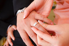 Begrepp för koppling för förälskelse för kvinna för vigselringparman Arkivfoto