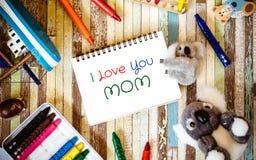 Begrepp för kortet för hälsningen för moderdagen med älskar jag dig mammatext och royaltyfri bild