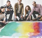 Begrepp för kreativitet för färgpenna för målningfärgläggningkonstverk arkivbild