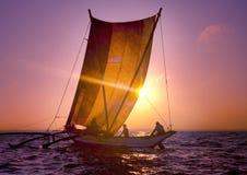 Begrepp för krusning för segelbåt för Seascape för fiskarekatamaransolnedgång Arkivbilder
