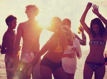 Begrepp för kultur för ungdom för lycka för njutning för strandsommarparti royaltyfri fotografi
