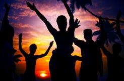 Begrepp för kultur för ungdom för lycka för njutning för strandsommarparti arkivbild