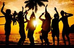 Begrepp för kultur för ungdom för lycka för njutning för strandsommarparti royaltyfri foto