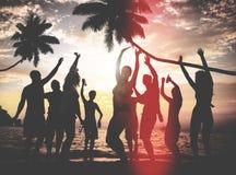 Begrepp för kultur för ungdom för lycka för njutning för strandsommarparti royaltyfria foton