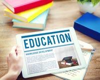 Begrepp för kunskap för grad för avläggande av examenhattdiplom arkivbild
