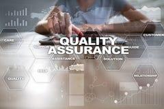 Begrepp för kvalitets- försäkring på den faktiska skärmen äganderätt för home tangent för affärsidé som guld- ner skyen till royaltyfria foton