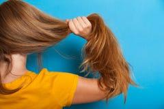 Begrepp för kvinnahårproblem, sund lång brunett royaltyfri bild