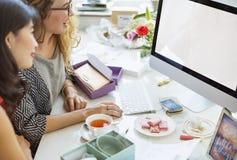 Begrepp för kvinnor för dator för modellCopyspace shopping royaltyfri bild