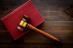Begrepp för lagstudent Bedöma auktionsklubba- och tappningböcker på mörkt träutrymme för kopia för bästa sikt för bakgrund royaltyfria foton