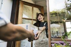Begrepp för leveranskurirFreight Package Shipment låda royaltyfri fotografi