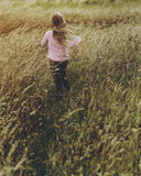 Begrepp för liten flickagrässlättnatur utomhus royaltyfri bild